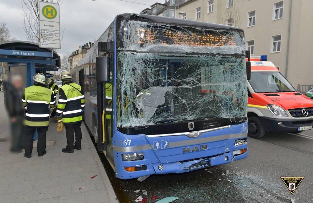 m nchen mvg bus f hrt an haltestelle in anderen bus 6 verletzte. Black Bedroom Furniture Sets. Home Design Ideas