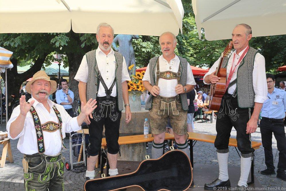 Manfred Klein (li.) und Amzeller Sänger,  Brunnenfest  am Viktualienmarkt in München 2019