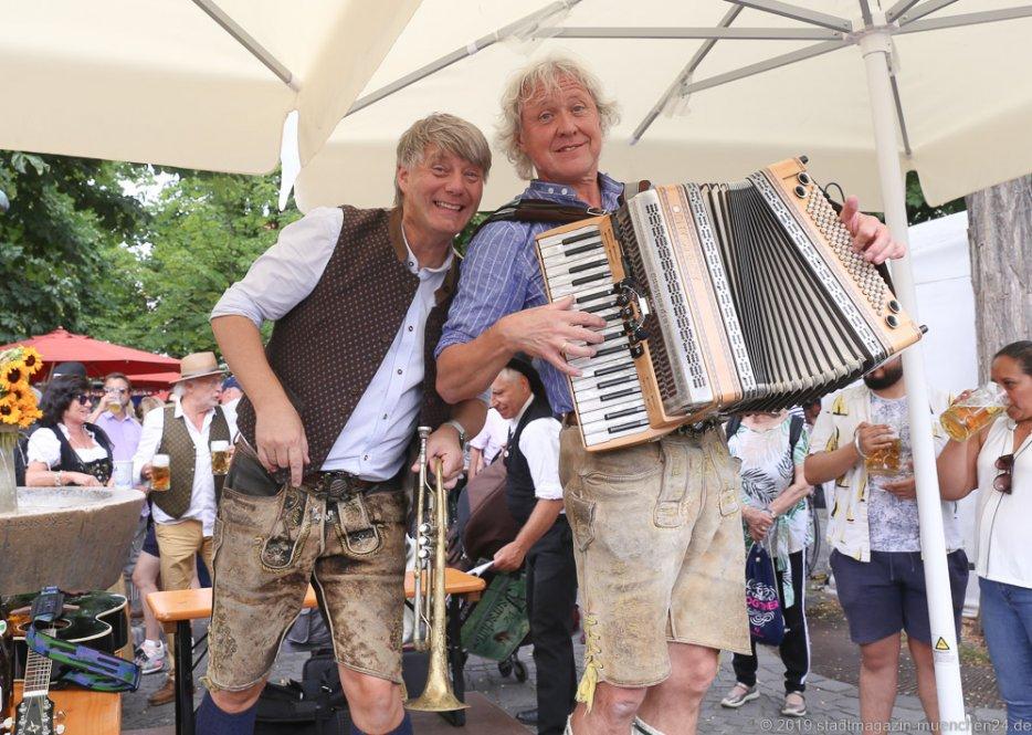 Franze und sei Spezi,  Brunnenfest  am Viktualienmarkt in München 2019