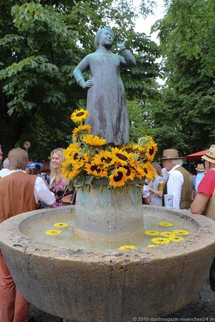 Liesl Karlstadt Brunnen,  Brunnenfest  am Viktualienmarkt in München 2019