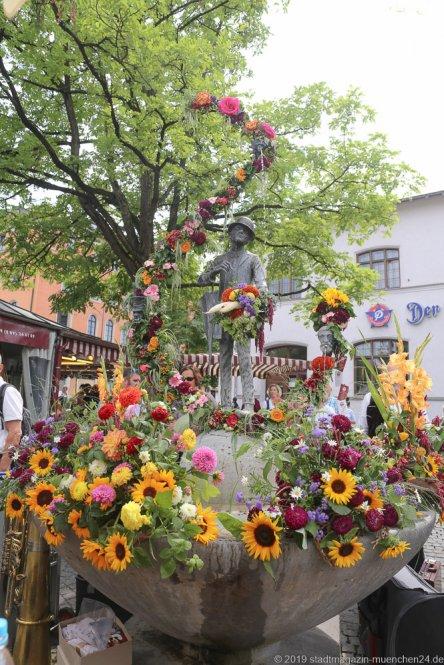 Karl Valentin Brunnen,  Brunnenfest  am Viktualienmarkt in München 2019