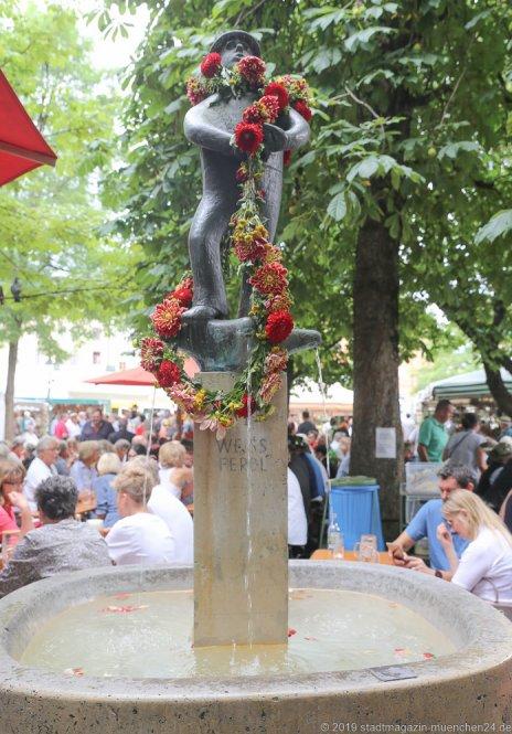 Weiß Ferdl Brunnen,  Brunnenfest  am Viktualienmarkt in München 2019