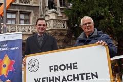 Landrat Sebastian Gruber und Stadtrat Richard Quaas (re.), Christbaum am Marienplatz in München aus Freyung-Grafenau  2019