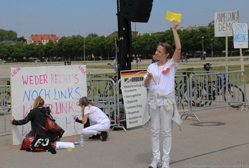 Ordnerin bei der Demo gegen Corona-Maßnahmen am 16. Mai 2020 auf der Theresienwiese München