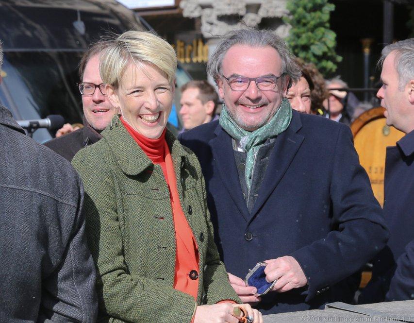 Katrin Habenschaden und Hans Peter Rupp (re.), Geldbeutelwaschen am Fischbrunnen in München 2020