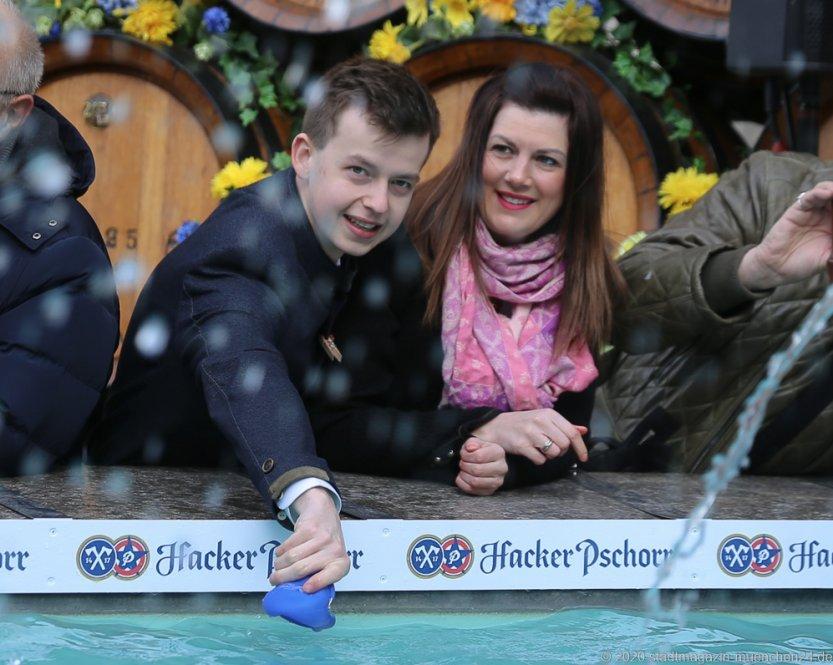 Würmesia Prinzenpaar Lukas I. und Nina I., Geldbeutelwaschen am Fischbrunnen in München 2020