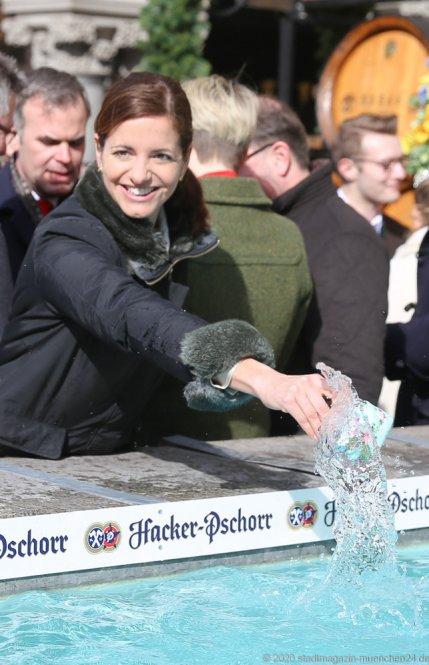Kristina Frank, Geldbeutelwaschen am Fischbrunnen in München 2020