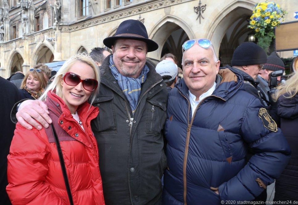 Yve Muc, Andreas Griebl, Dr. Axel Munz (von li. nach re.), Geldbeutelwaschen am Fischbrunnen in München 2020