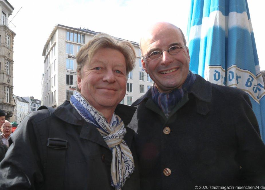 Wolfgang Fischer, und Dr. Lothar Ebbertz (re.), Geldbeutelwaschen am Fischbrunnen in München 2020