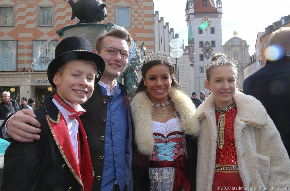 Marlon I., Moritz II, Désireé I, Sophie I., (von li. nach re.), Geldbeutelwaschen am Fischbrunnen in München 2020