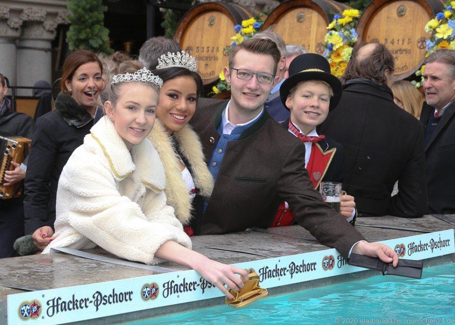 Sophie I., Désireé I, Moritz II, Marlon I. (von li. nach re.), Geldbeutelwaschen am Fischbrunnen in München 2020