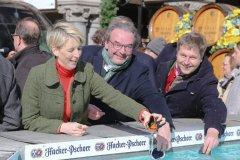Katrin Habenschaden, Hans Peter Rupp, Jens Röver (von li. nach re.), Geldbeutelwaschen am Fischbrunnen in München 2020