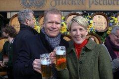 Andreas Steinfatt und Katrin Habenschaden, Geldbeutelwaschen am Fischbrunnen in München 2020