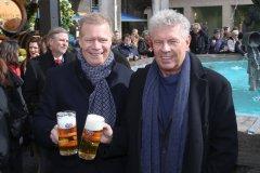 Andreas Steinfatt und Dieter Reiter (re.), Geldbeutelwaschen am Fischbrunnen in München 2020