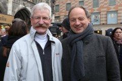 Erwin Noll und Rainer Maria Schiessler (re.), Geldbeutelwaschen am Fischbrunnen in München 2020