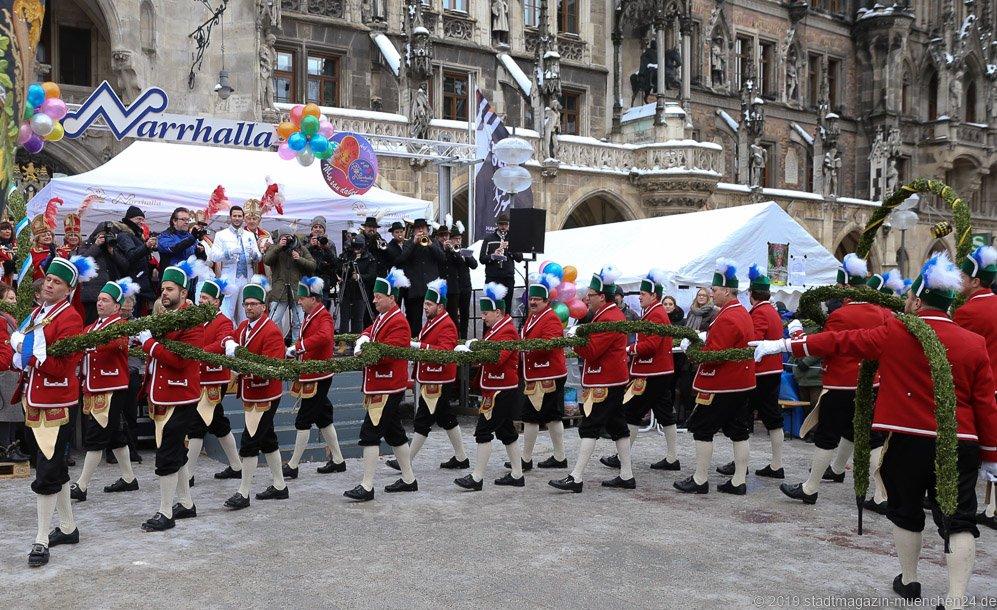 Schäfflertanz bei der volkstümlichen Inthronisation der Narrhalla Prinzenpaare am Marienplatz in München 2019