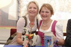 Tina Krätz und Johanna  Barsy (re.), Presserundgang Frühlingsfest auf der Theresienwiese in München 2019