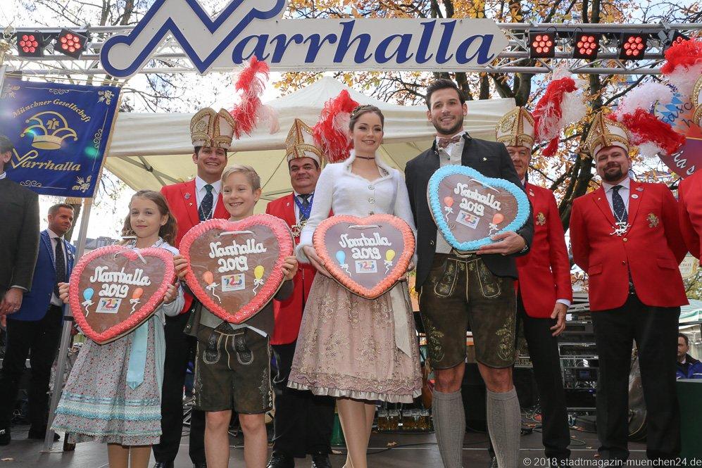 Juli I. und Marcus I., Sarah I. und Fabrician I. (von li. nach re.), Proklamation Narrhalle Prinzenpaar 2019 am Viktualienmarkt in München 2018