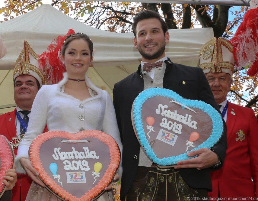 Sarah I., und Fabrician I., Proklamation Narrhalle Prinzenpaar 2019 am Viktualienmarkt in München 2018