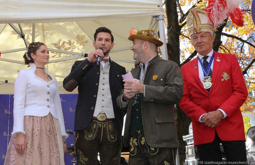 Sarah I., Fabrician I., Armin Jumel, Günter Malescha (von li. nach re.), Proklamation Narrhalle Prinzenpaar 2019 am Viktualienmarkt in München 2018