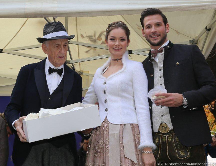 Boris Müller, Sarah I., Fabrician I.(von li. nach re.), Proklamation Narrhalle Prinzenpaar 2019 am Viktualienmarkt in München 2018