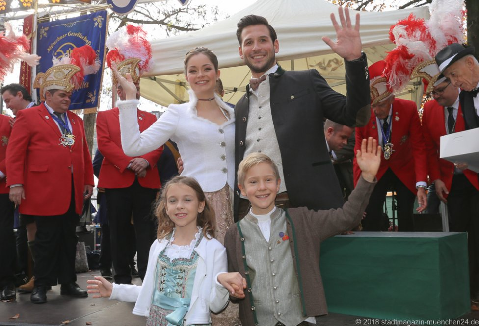 Sarah I. und Fabrician I. (hinten), Juli I. und Marcus I. (vorne), Proklamation Narrhalle Prinzenpaar 2019 am Viktualienmarkt in München 2018