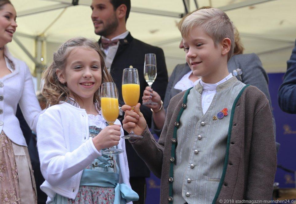 Kinderprinzenpaar Juli I., und Marcus I., (von li. nach re.), Proklamation Narrhalle Prinzenpaar 2019 am Viktualienmarkt in München 2018