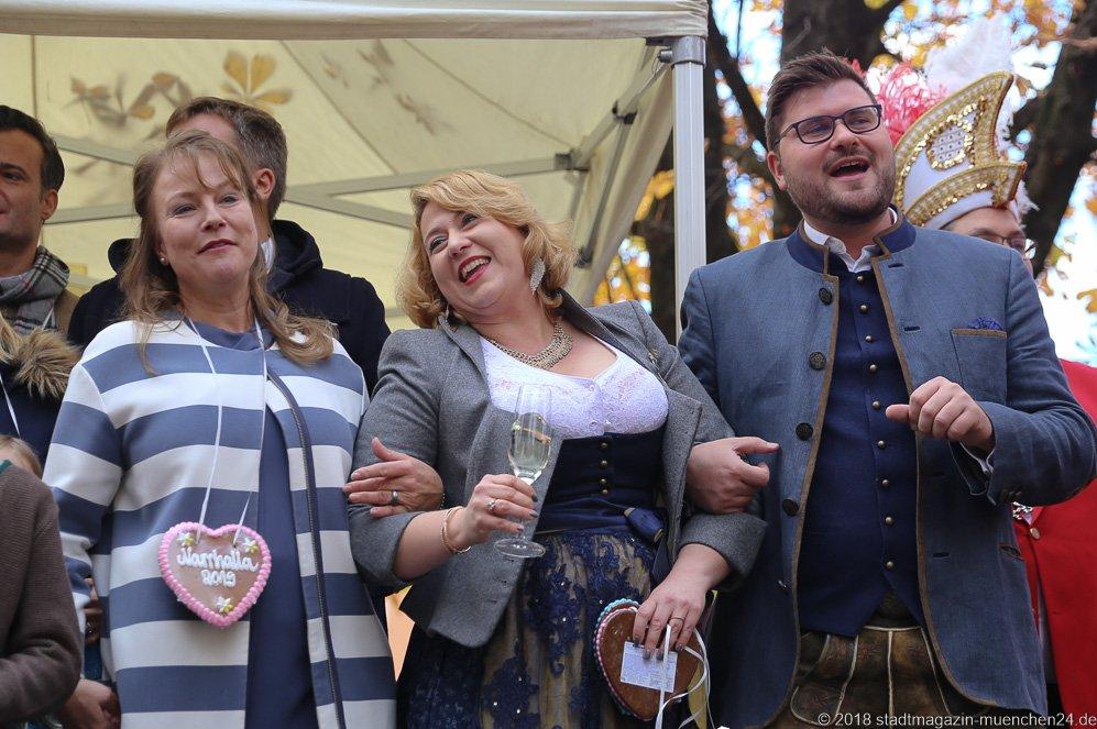 Ulrike Grimm, Janina I., Sebastian I. (von li. nach re.), Proklamation Narrhalle Prinzenpaar 2019 am Viktualienmarkt in München 2018