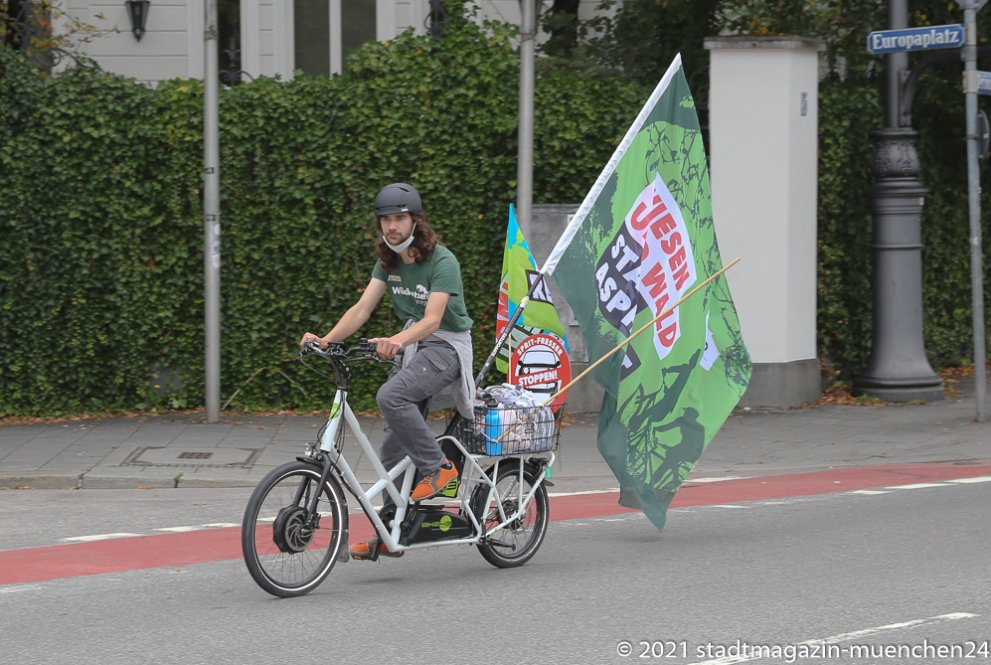 25000 Radlerinnen und Radler protestieren auf einer Fahrradsternfahrt während der IAA in München für eine  echte Mobilitätswende - Demozug auf der Prinzregentenstraße 2021