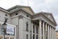 Nationaltheater München, Beflaggung zum Tag der Befreiung von München vor 75 Jahren  2020