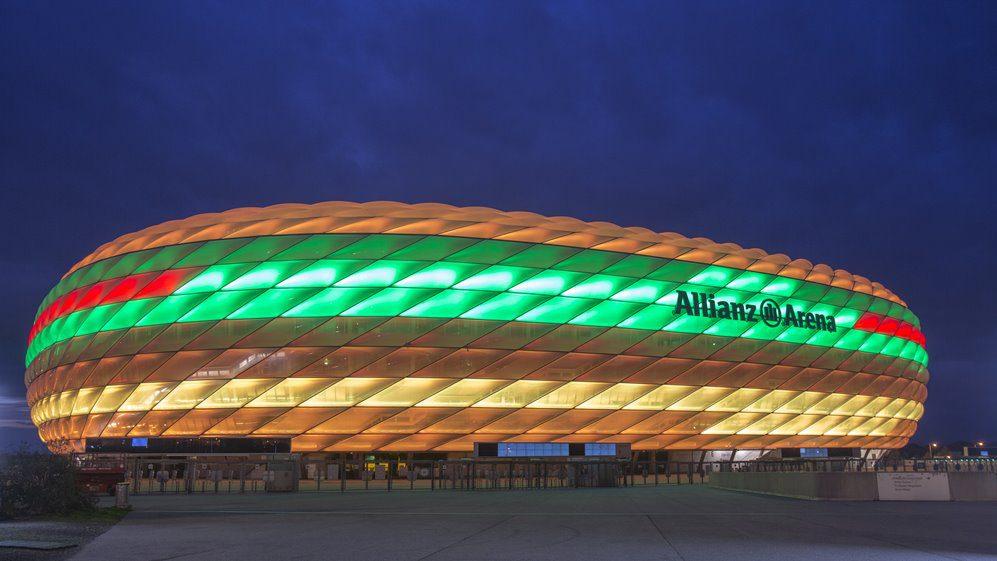 Weltpremiere McDonald\'s: Allianz Arena als Burger beleuchtet