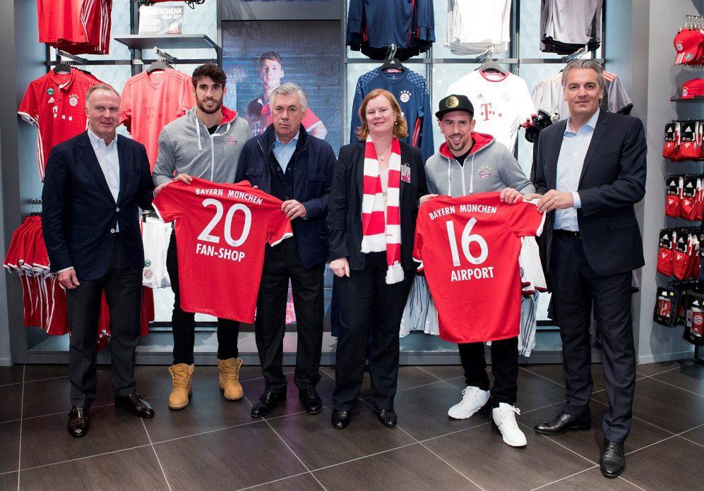 FC Bayern Fanshop im Flughafen München neu eröffnet: Selfie