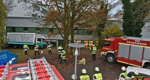 Feuerwehr muss Lastwagen aus Schieflage befreien Quelle Foto Berufsfeuerwehr München