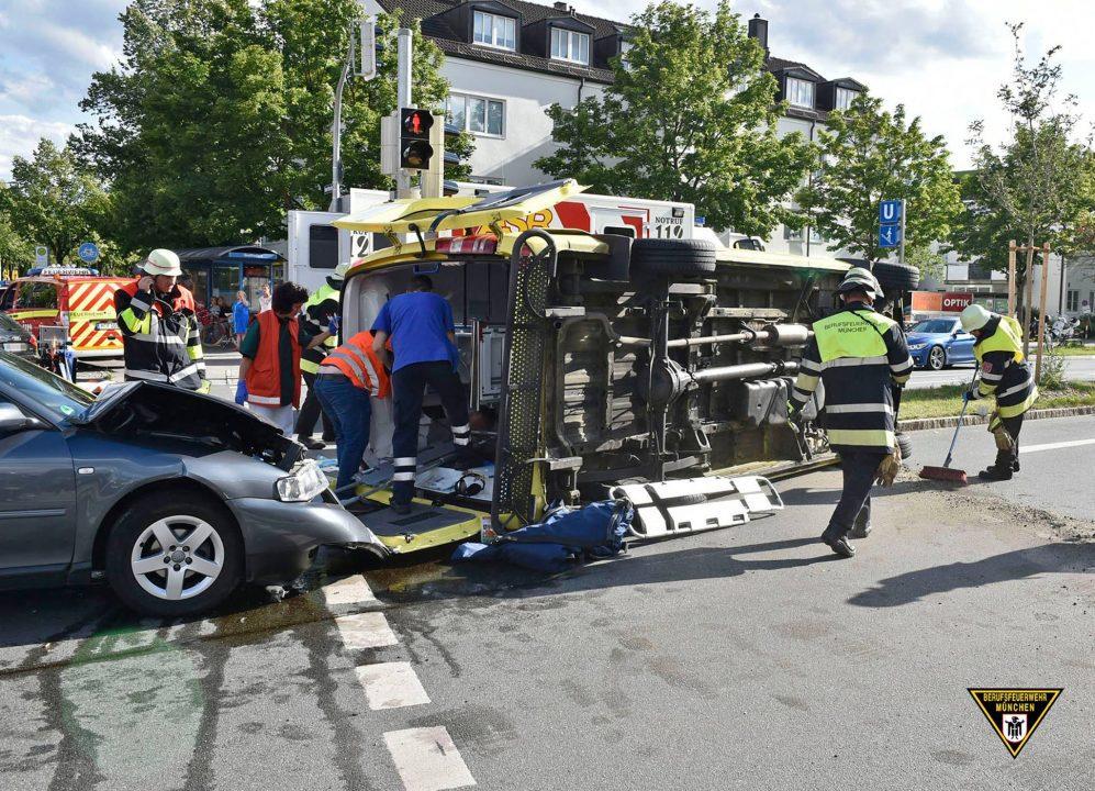 München: Krankenwagen verursacht schweren Unfall mit drei ...