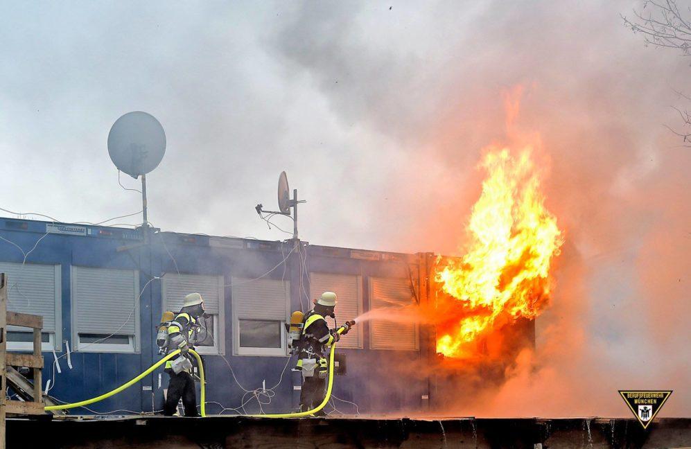 München Theresienhöhe: Wohncontainer auf Baustelle in Brand