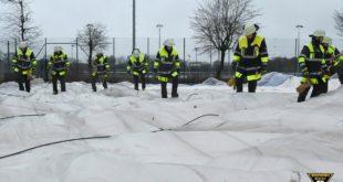 Feuerwehr München sichert eingestürzte Traglufthalle