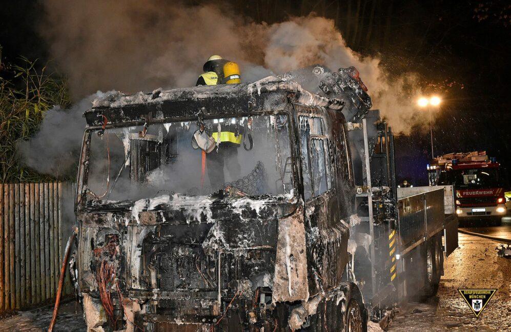Lastwagen brennt aus