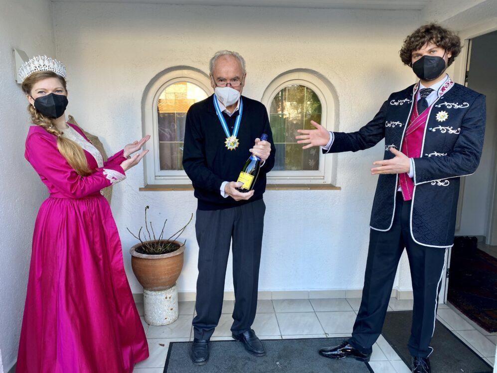 Prinzenpaar  und Margarethe I.,bedanken sich bei Dieter Hanitzsch für die Gestaltung des Narrhalla Faschingsorden 2021