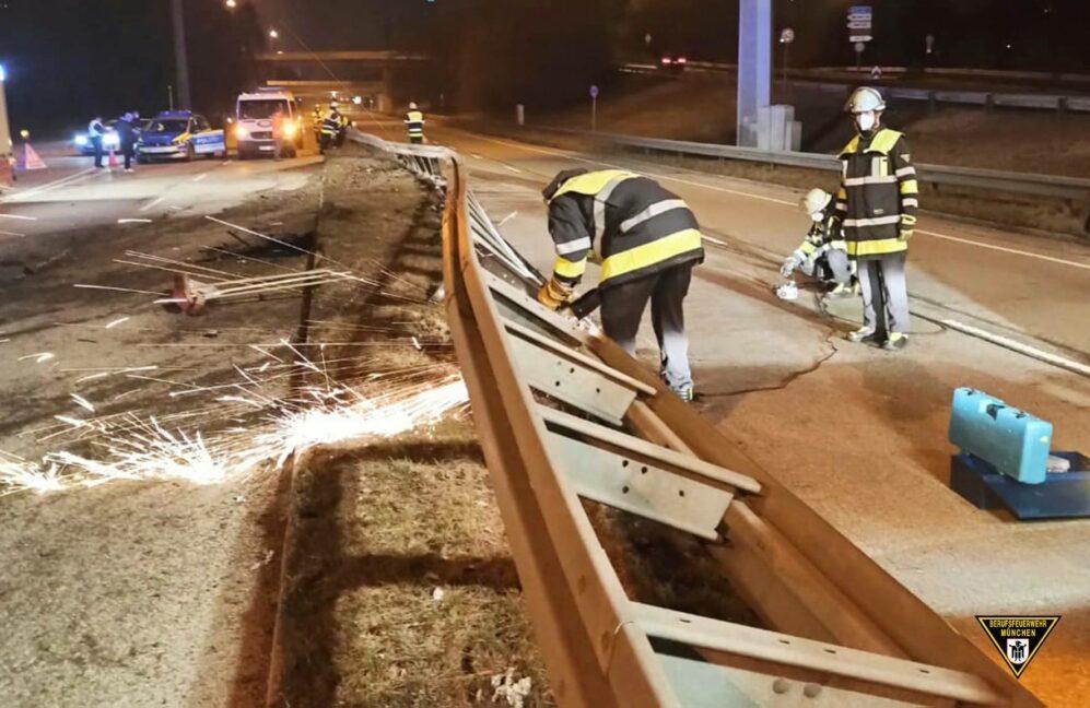 Betrunkener räumt mit Audi 50 Meter Leitplanke ab - Feuerwehr muss sie mit Trennschleifern entfernen Quelle Foto Feuerwehr München