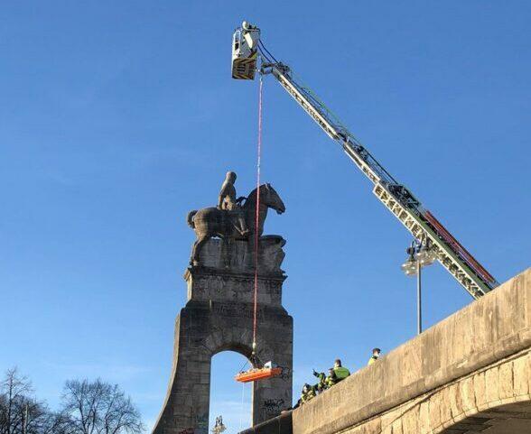 Mann stürzt von Wittelsbacher Brücke