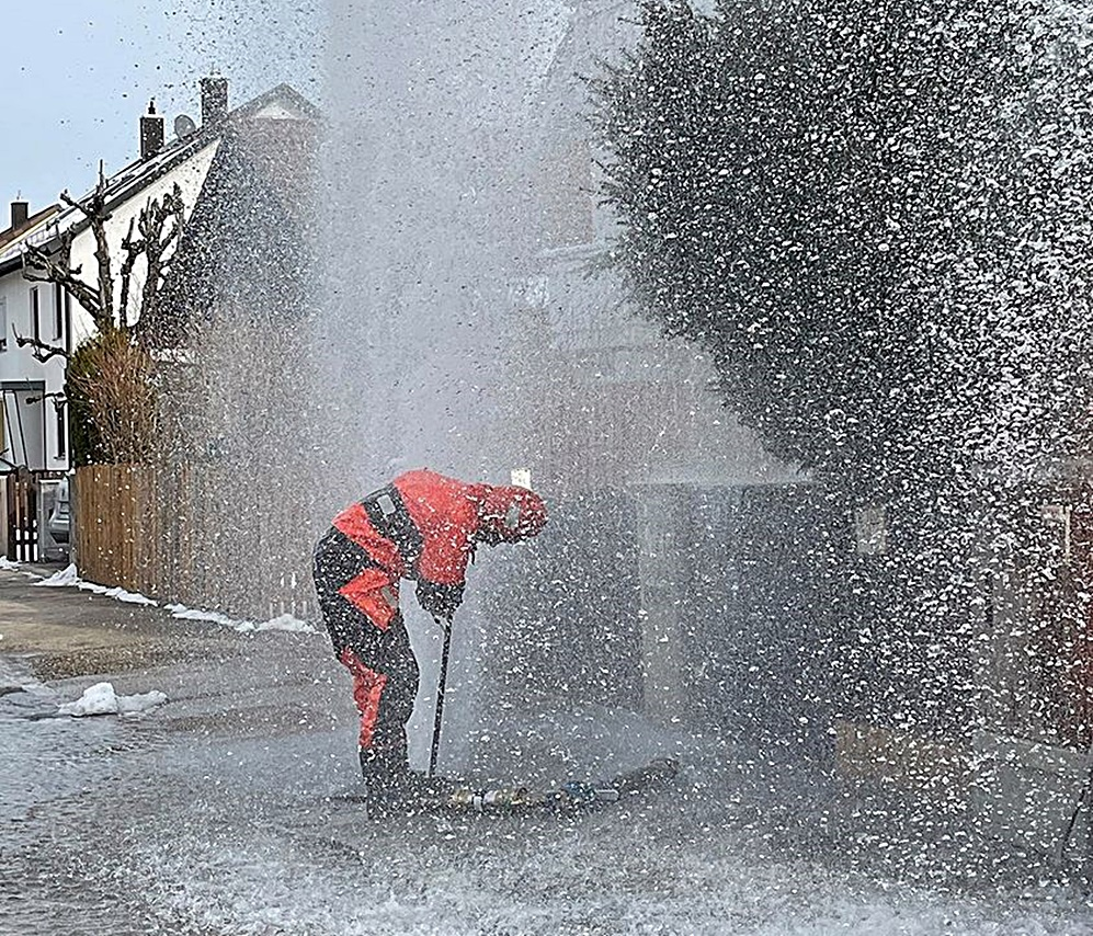 Spritzbrunnenabdreher stoppt Wasserfontäne