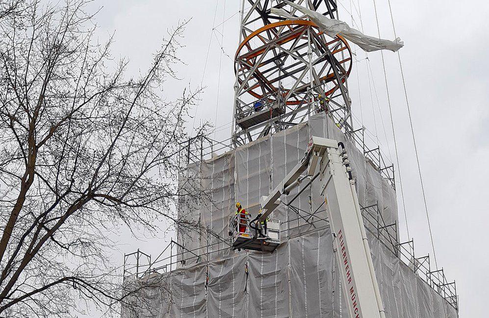 Höhenretter der Feuerwehr München müssen losgerissene Planen am Funkmasten Freimann sichern